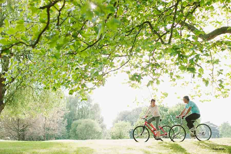 Pärchen beim Fahrrad fahren