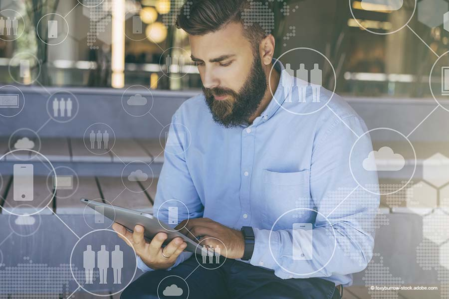 Person mit Tablet