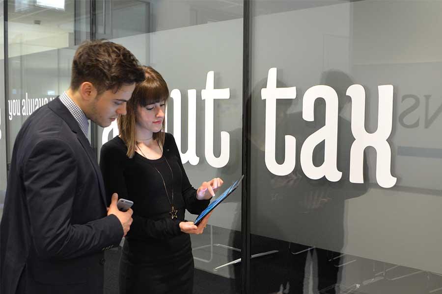 Zwei Personen mit Tablet und Handy